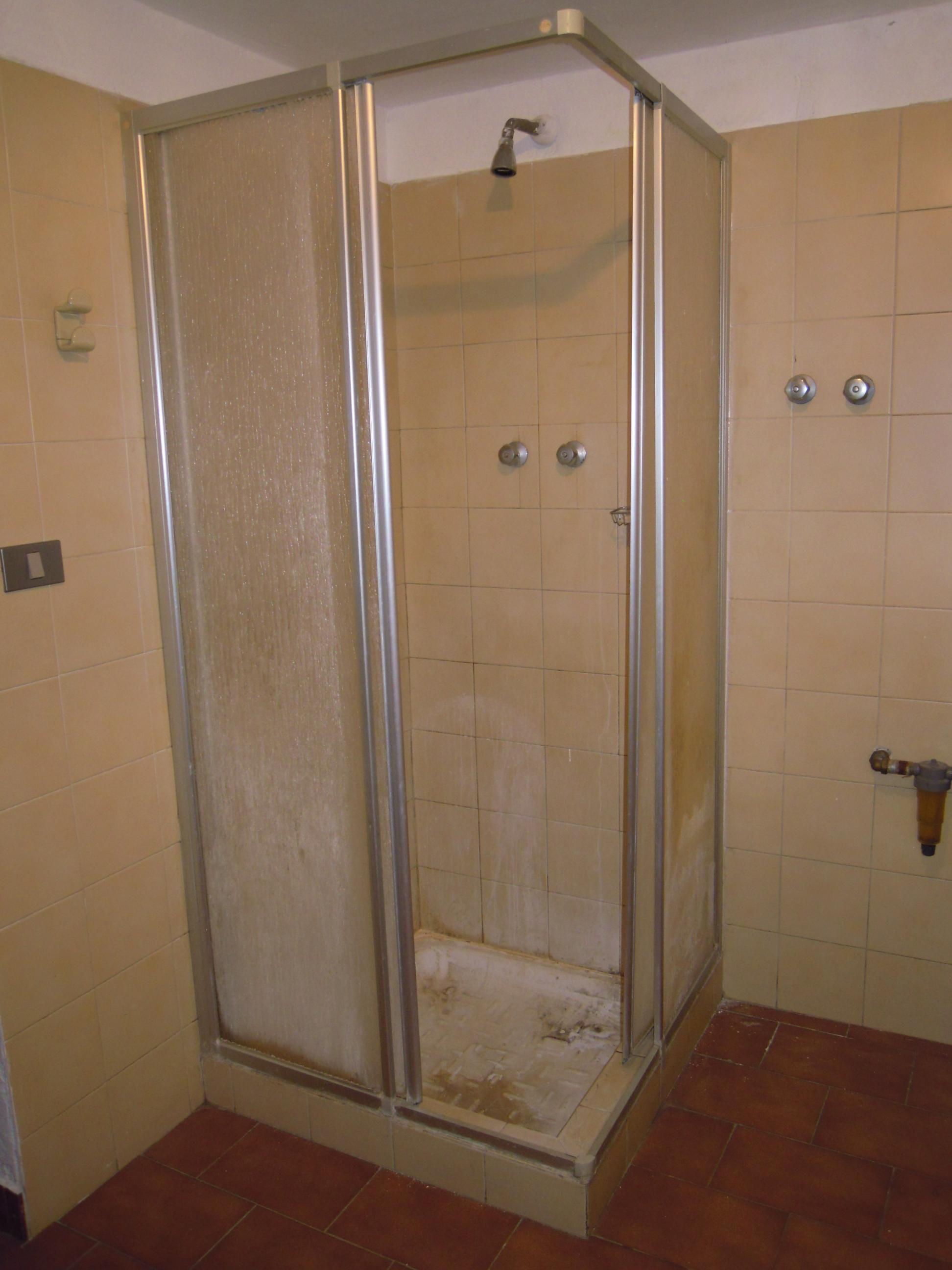 Sostituzione piatto doccia senza rompere le piastrelle milano trasformazione vasca in doccia - Doccia senza piatto doccia ...
