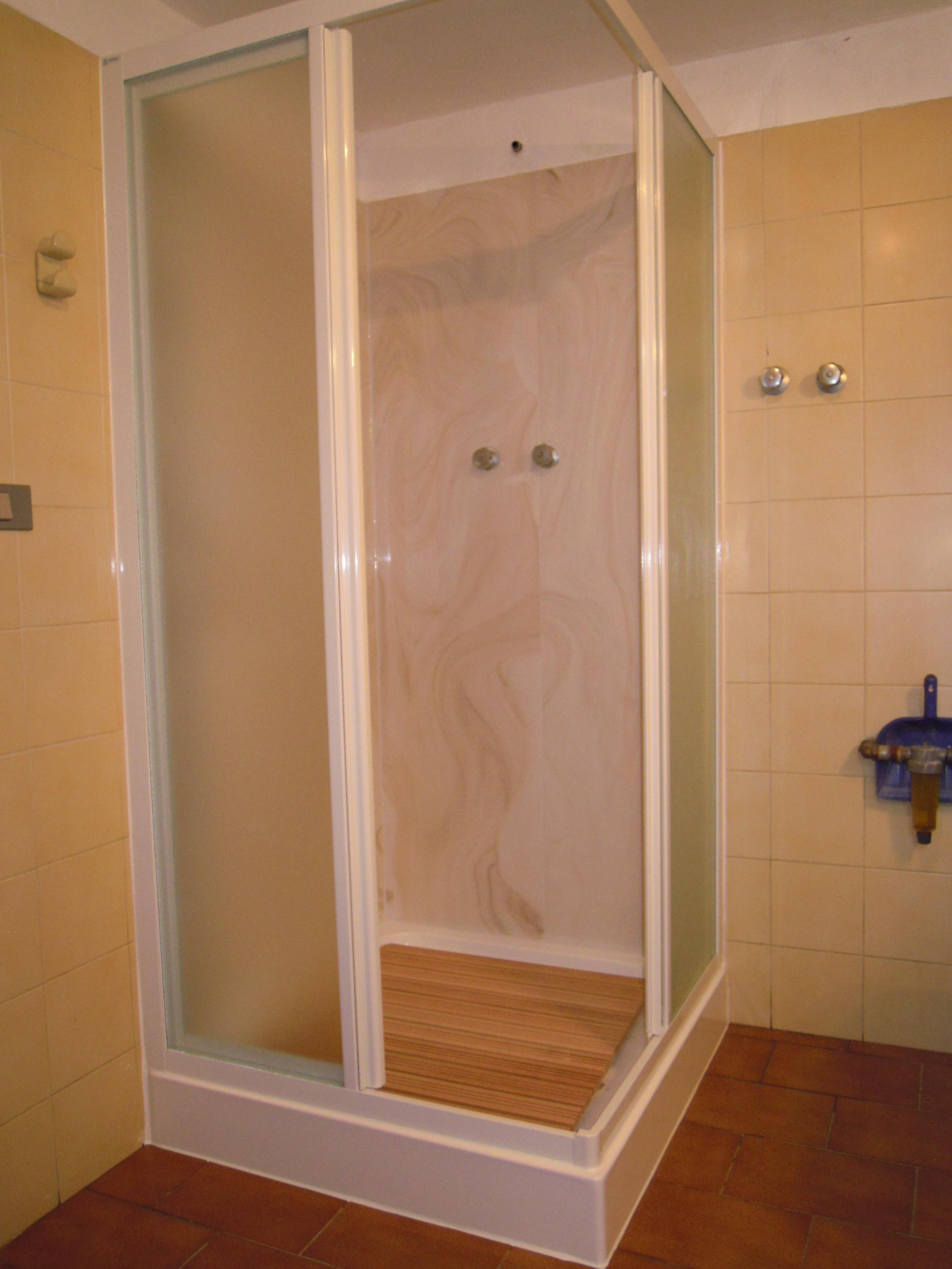 Trasformazione vasca in doccia milano tel 800968995 sostituzione piatto doccia senza rompere - Posa piatto doccia prima o dopo piastrelle ...